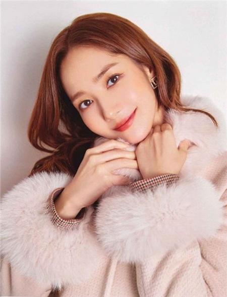 Loạt ưu điểm làm người khác không khỏi ganh tị, nữ diễn viên Thư ký Kim sao thế còn có một khả năng mà không phải ai cũng có được đó chính là diện đồ hiệu 'ăn đứt' người mẫu của hãng.