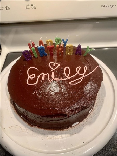 Anh chàng của tôi là thủ môn, vậy mà anh ấy đã cố gắng hết sức để làm cho tôi chiếc bánh này nhân ngày sinh nhật.
