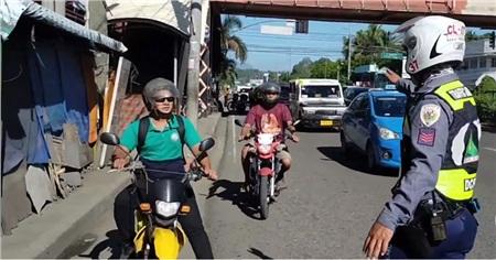 Người dân vẫn ra đường bất chấp lệnh phong tỏa, cảnh sát Philippines mang quan tài diễu hành cảnh báo: 'Ở nhà hoặc ở đây' 4