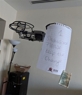 Nhận đồ từ nhân viên giao hàng bằng flycam.