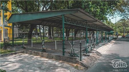 Ngày 26/3, theo ghi nhận của chúng tôi tại một số điểm như: Công viên phần mềm Quang Trung, công viên Gia Định, công viên Lê Văn Tám,... đã lắp rào chắn, đăng các bảng thông tin về việc tạm dừng hoạt động tại các khu vực trên và cắt cử nhân sự trực chốt để giải thích cho nhân dân hiểu.