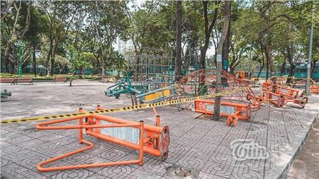 Dụng cụ thể dục thể thao tại công viên được tháo lắp và đặt nằm trên nền đất.