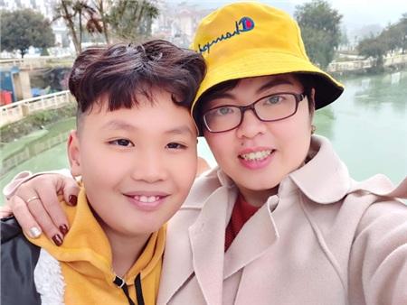 Chị Hà chụp ảnh cùng cậu con trai ham học hỏi của mình.