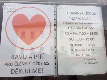 Chung tay chống dịch Covid: Người Việt tại Séc may khẩu trang vải, tặng đồ ăn cho lực lượng y tế và người dân nước sở tại 2