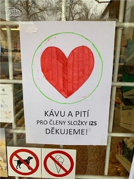 Chung tay chống dịch Covid: Người Việt tại Séc may khẩu trang vải, tặng đồ ăn cho lực lượng y tế và người dân nước sở tại 3
