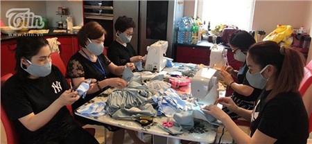 Không chỉ các chị em mà các nam giới cũng tham gia vào việc cắt, phân loại vải...