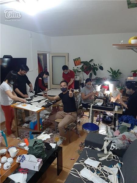 Chung tay chống dịch Covid: Người Việt tại Séc may khẩu trang vải, tặng đồ ăn cho lực lượng y tế và người dân nước sở tại 8