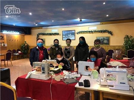 Chung tay chống dịch Covid: Người Việt tại Séc may khẩu trang vải, tặng đồ ăn cho lực lượng y tế và người dân nước sở tại 0