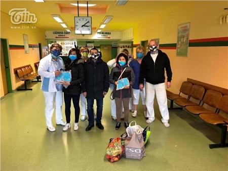 Chung tay chống dịch Covid: Người Việt tại Séc may khẩu trang vải, tặng đồ ăn cho lực lượng y tế và người dân nước sở tại 16