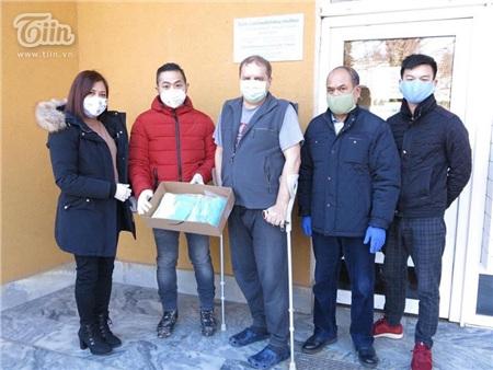 Chung tay chống dịch Covid: Người Việt tại Séc may khẩu trang vải, tặng đồ ăn cho lực lượng y tế và người dân nước sở tại 15
