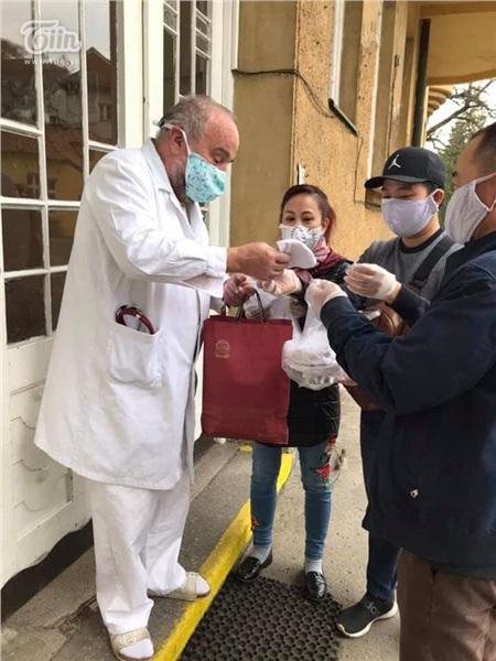 Chung tay chống dịch Covid: Người Việt tại Séc may khẩu trang vải, tặng đồ ăn cho lực lượng y tế và người dân nước sở tại 17