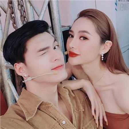 Từng nói không thích Linh Chi hở hang mà giờ Lâm Vinh Hải lại dùng răng chỉnh áo tắm cho vợ 2
