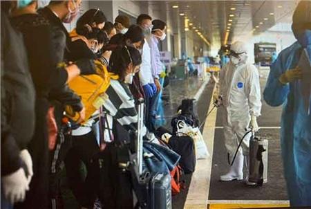 Hành khách về tới sân bay Vân Đồn ngày 23-3 vừa qua - Ảnh: CTV
