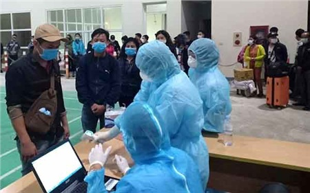 Lực lượng chức năng Hà Tĩnh lấy lời khai y tế của những người trở về từ Lào, Thái Lan để cách ly.
