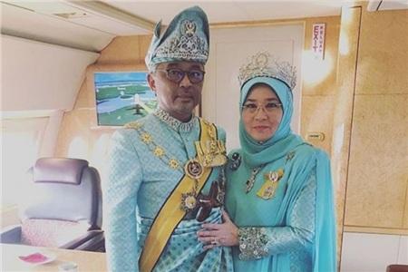 Nhà vua Malaysia Abdullah Ri'ayatuddin và Hoàng hậu Tuanku Azizah Aminah Maimunah Iskandariah. Ảnh: Instagram