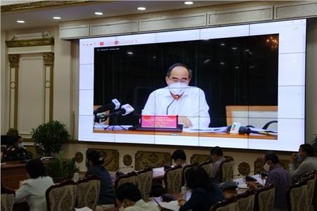 Các đại biểu đang nghe Bí thư Thành ủy TP.HCM Nguyễn Thiện Nhân phát biểu chỉ đạo trực tuyến. Ảnh: TTBC
