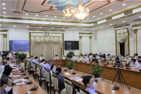 Chủ tịch UBND TP.HCM Nguyễn Thành Phong cùng các đại biểu tại UBND TP.HCM. Ảnh: TTBC