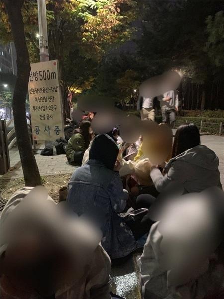 Trước đó vào sáng 3/11, khoảng gần 300 người hâm mộ đã xếp thành hàng dài ngồi xuống trước cửa trụ sở Starship Entertainment để biểu tình phản đối việc Wonho rời nhóm Monsta X.