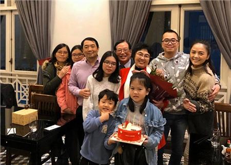 Đa số các dịp đặc biệt của gia đình bạn trai tin đồn, nữ diễn viên cùng con trai đều có mặt.
