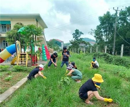 Hình ảnh nhặt cỏ, trồng rau của những người ở khu cách ly huyện Can Lộc, Hà Tĩnh.