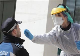 Nhân viên y tế lấy mẫu xét nghiệm nhanh COVID-19 cho một sĩ quan cảnh sát ở Tây Ban Nha