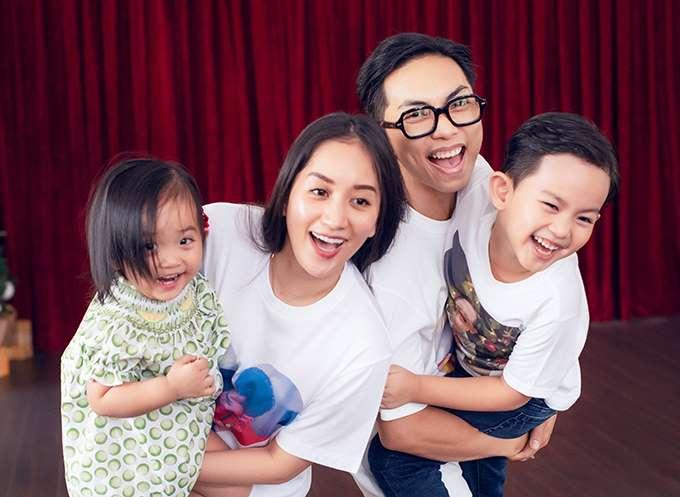 Khánh Thi - Phan Hiển chụp ảnh kỷ niệm cùng hai con Kubi và Anna nhân dịp 8/3.