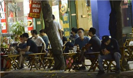 Trước đó, Chủ tịch UBND thành phố Hà Nội Nguyễn Đức Chung đề nghị tất cả công dân ở trong nhà, tránh đi lại không cần thiết, nếu ra đường phải đeo khẩu trang, mọi người giữ khoảng cách an toàn từ 2m - 3m. Tất cả các quán tập trung đông người phải tạm dừng hoạt động.