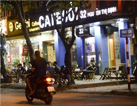 Đến tối cùng ngày, nhiều quán cà phê trên đường Nguyễn Thị Định vẫn mở cửa đón khách.