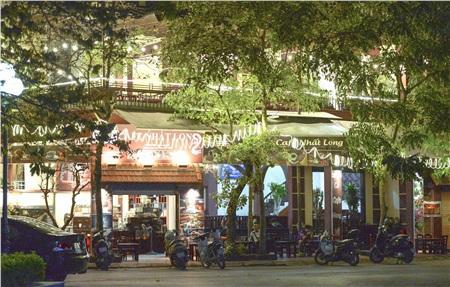 Đêm 26/3, quán cà phê sang trọng ở trong một con ngõ trên đường Nguyễn Cơ Thạch (quận Nam Từ Liêm, Hà Nội) vẫn mở cửa hoạt động. Tuy nhiên, lượng khách đến quán rất ít.