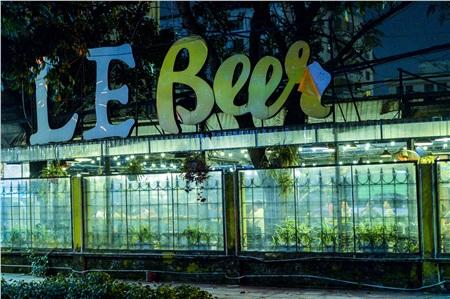 Bên ngoài một quán bia ở đường Phạm Văn Bạch (quận Cầu Giấy, Hà Nội), chủ cửa hàng đã tiến hành lắp đặt tấm chắn nilon, bên trong các thực khách thoải mái ăn uống.