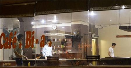 Không chỉ bia, cà phê..., quán bi - a nằm trong ngõ trên đường Nguyễn Cơ Thạch vẫn mở cửa hoạt động vào đêm 26/3, mặc dù trước đó đã có lệnh cấm.