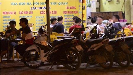 Các quán bia vỉa hè tại khu vực phố Cương Kiên, Trung Văn, Đại Linh (quận Nam Từ Liêm, Hà Nội) vào tối 26/3 vẫn tấp nập thực khách.
