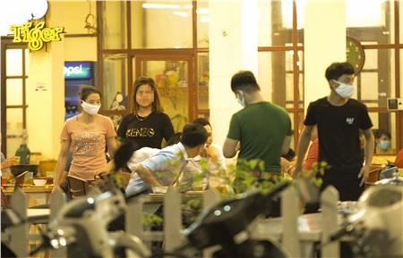 Hàng chục thực khách thoải mái ăn uống, bàn chuyện rôm rả tại một quán bia trong ngõ trên đường Trung Kính (quận Cầu Giấy, Hà Nội) vào đêm 26/3.