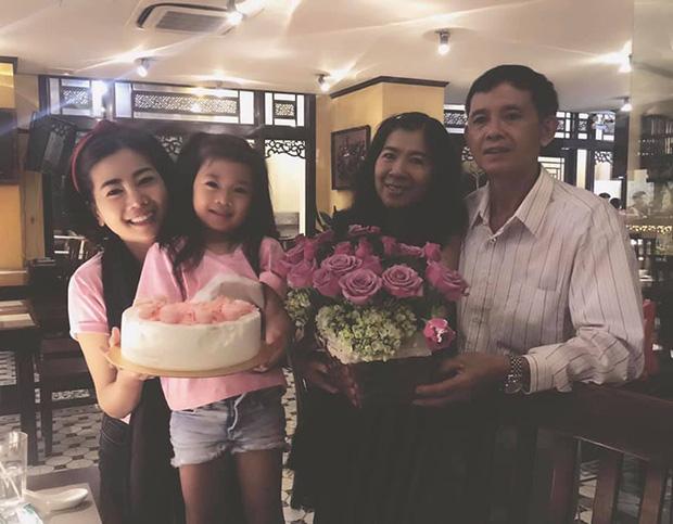 Mai Phương bên bố mẹ và cô con gái nhỏ.