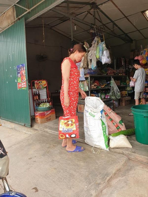 Người dân nghèo gom góp từng mớ rau, cân gạo để ủng hộ nhà nước chống dịch COVID-19 1