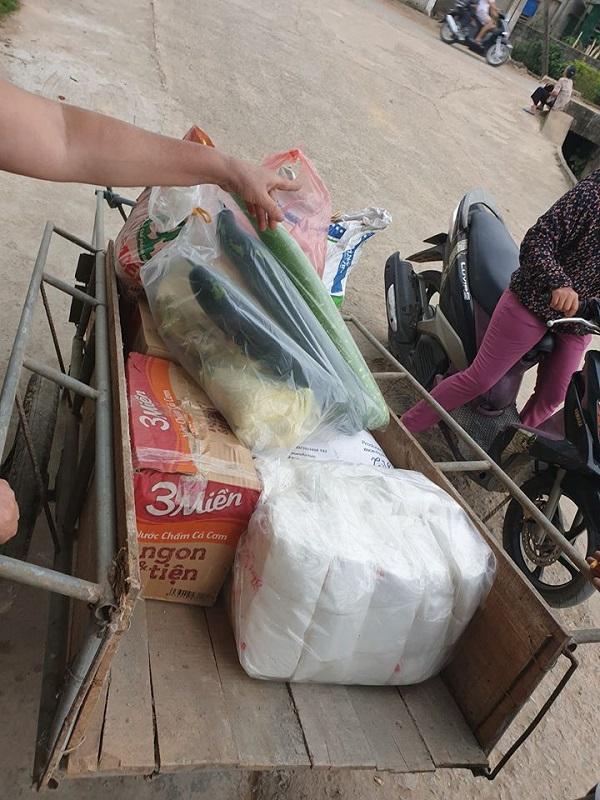 Người dân nghèo gom góp từng mớ rau, cân gạo để ủng hộ nhà nước chống dịch COVID-19 3