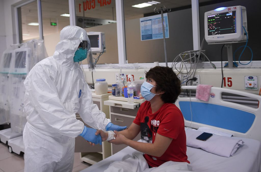 Thứ trưởng Bộ Y tế Nguyễn Trường Sơn thăm và động viên một bệnh nhân đang điều trị tại Bệnh viện Bệnh Nhiệt đới Trung ương. Hiện bệnh nhân này đã có kết quả âm tính lần 1 với COVID-19