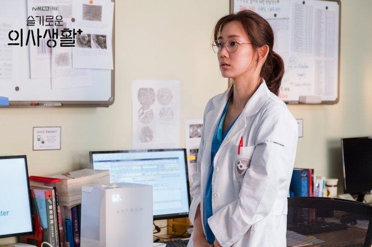 Bác sĩ nội trú Gyeo Ul lạnh lùng băng giá, khuôn mặt chỉ một biểu cảm khiến mọi người xung quanh khó hiểu được suy nghĩ cô nàng. Kèm theo đó là phân đoạn bốc giòi đi vào lịch sử khiến đồng nghiệp hoảng hồn
