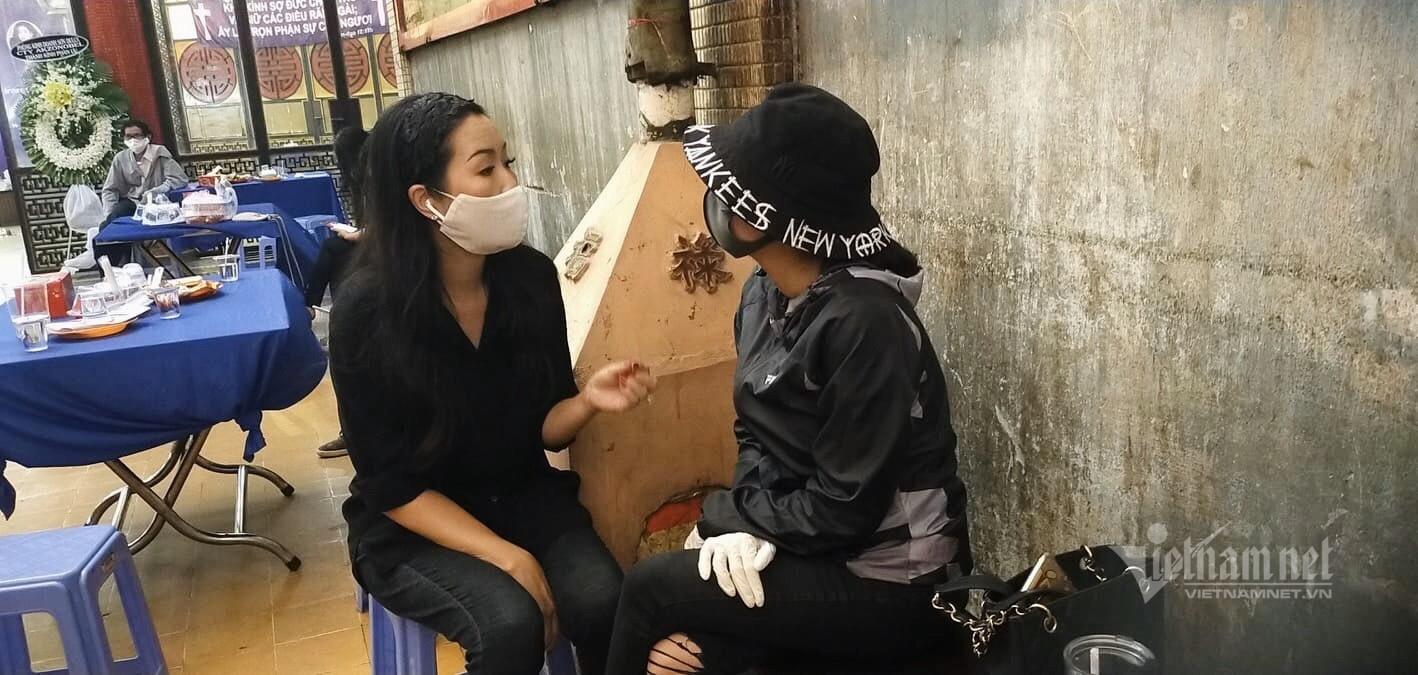 Trịnh Kim Chi và Ốc Thanh Vân đã luôn kề cạnh bên cố diễn viên trong những tháng ngày tăm tối nhất của cuộc đời, giờ đây thì Mai Phương đã có thể được siêu thoát để đến với một nơi ấm áp, hạnh phúc hơn (Ảnh: Vietnamnet)