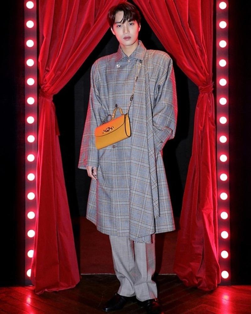 Tại sự kiện thời trang đình đám Gucci Zumi Night, Kai đã gây sốc khi là nghệ sĩ nam duy nhất mang chiếc túi Gucci Zumi kiểu dáng thanh lịch dành cho phái nữ.