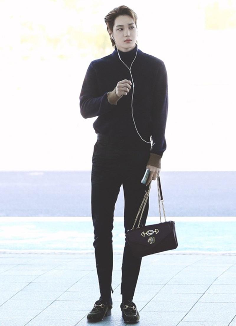 Kai phốivới áo lencùng màu cùng luôn thương hiệu. Bên dưới, anh phối vớiquần skinny và giày oxford màu đen. Sự lựa chọnnày giúplàm tôn lên sự thanh lịch và nổi bậtcủa chiếc túi.