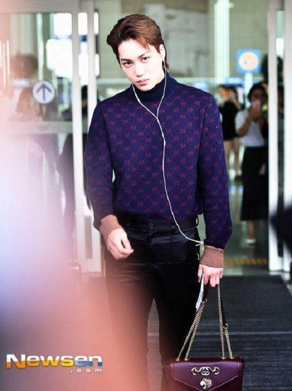 Anh chàng cũng từng mang một chiếc túi Zumi khác có màu tím ra sân bay.