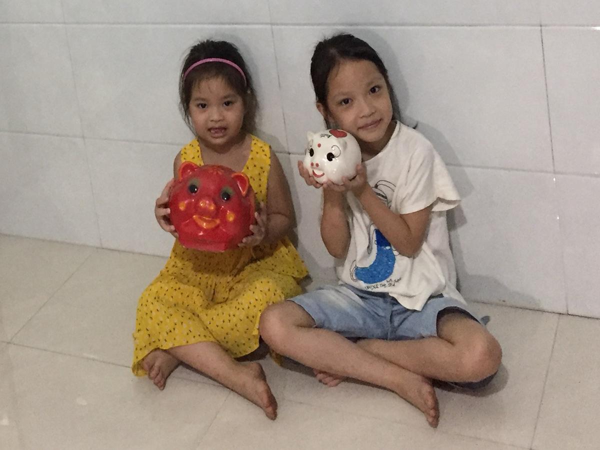 Hai bé gái đập lợn tiết kiệm trong 5 năm để ủng hộ phòng chống dịch Covid-19.