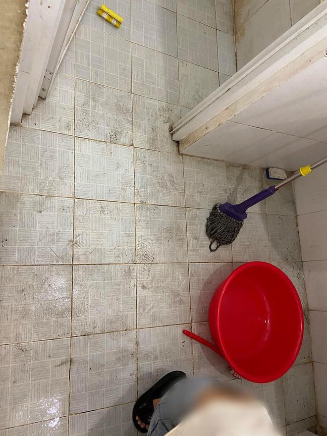 Quét nhà, dọn lại nhà vệ sinh, trang hoàng nhà cửa... để biến khu cách ly thành nơi thoải mái nhất.