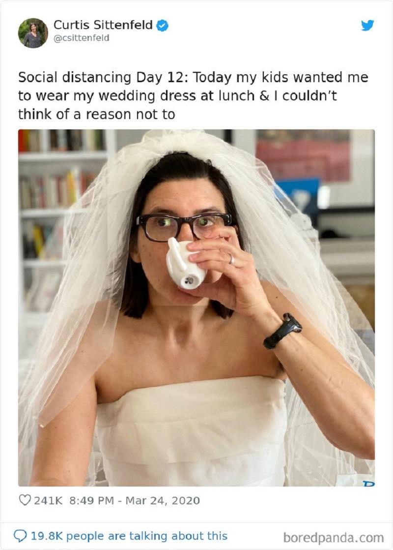 'Ngày tự cách ly thứ12 của tôi. Hôm nay, các con muốn tôi mặc váy cưới và tôi không thể nào tìm đượclý do để từ chối chúng'