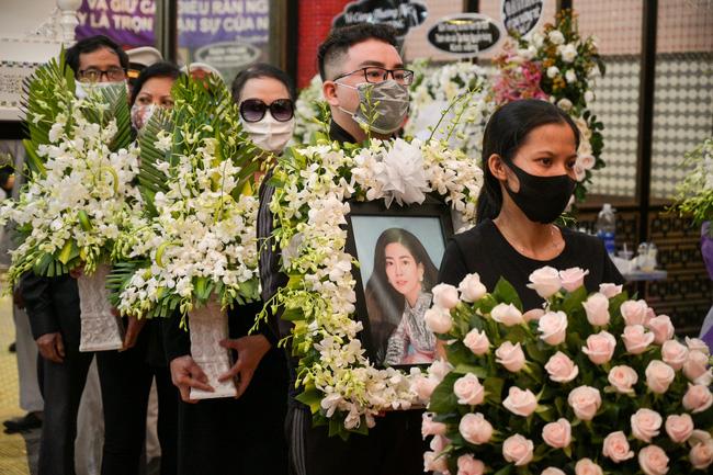 Gia đình, bạn bè đồng nghiệp không kìm được nước mắt trong ngày đưa tiễn Mai Phương về nơi an nghỉ cuối cùng.