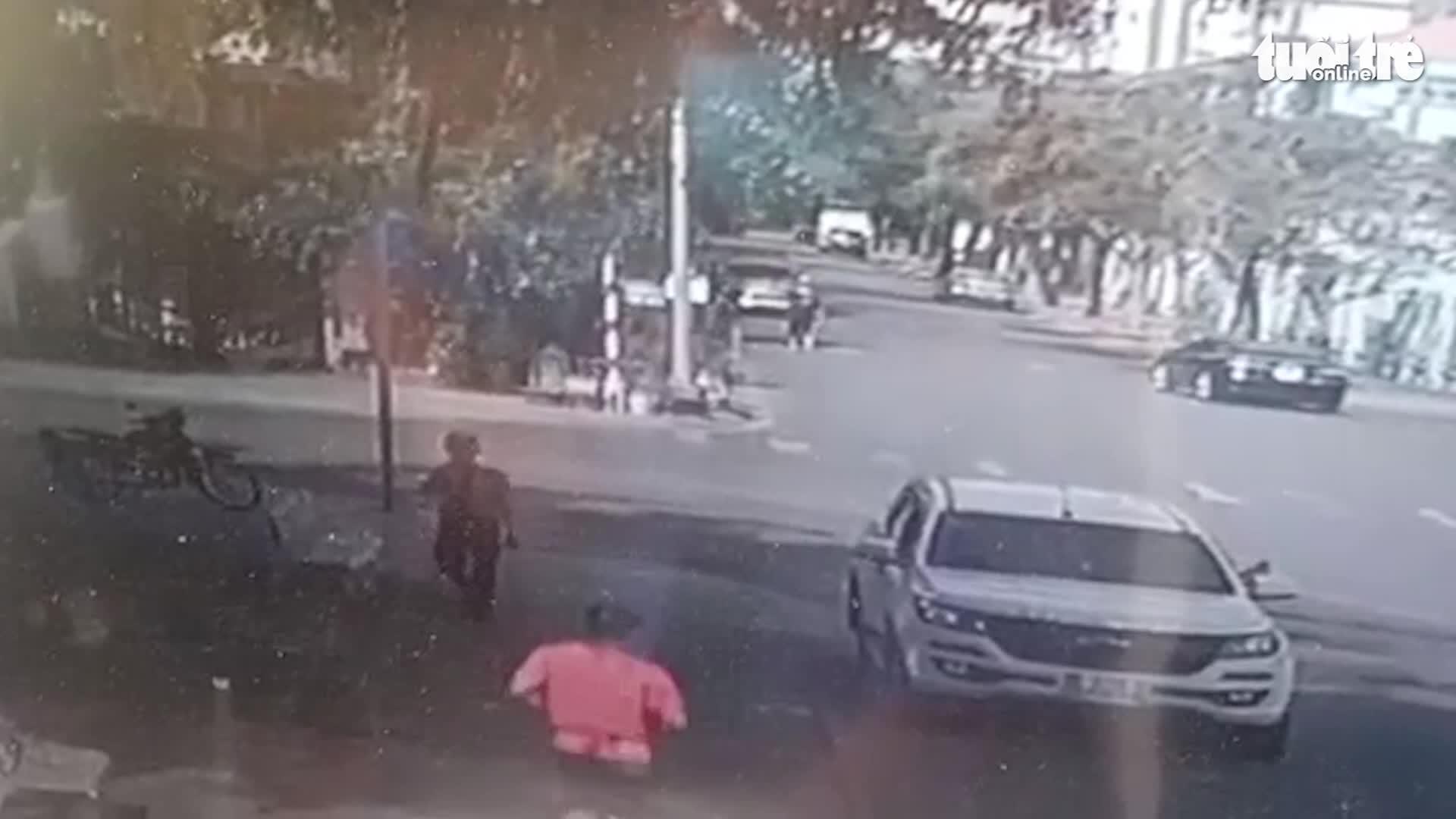 Thấy nam thanh niên đang chạy bộ không đeo khẩu trang, bác bảo vệ bị đánh bầm mặt vì lên tiếng nhắc nhở 0