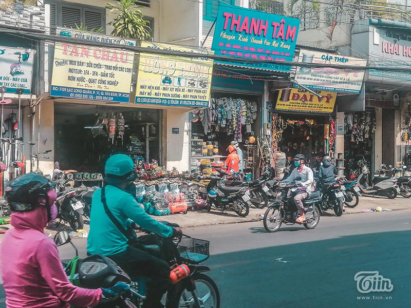 Một số cửa hàng vật liệu xây dựng trên đường Lạc Long Quân vẫn hoạt động bình thường.