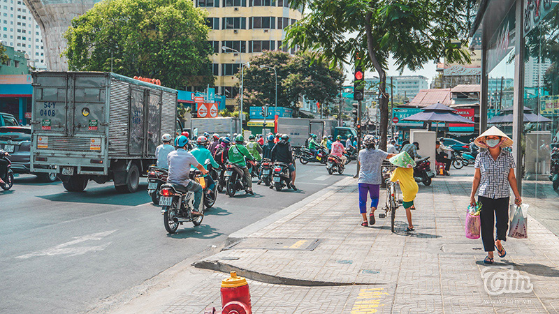 Nhiều phương tiện vẫn di chuyển trên đường trong ngày đầu thực hiện cách ly toàn xã hội.