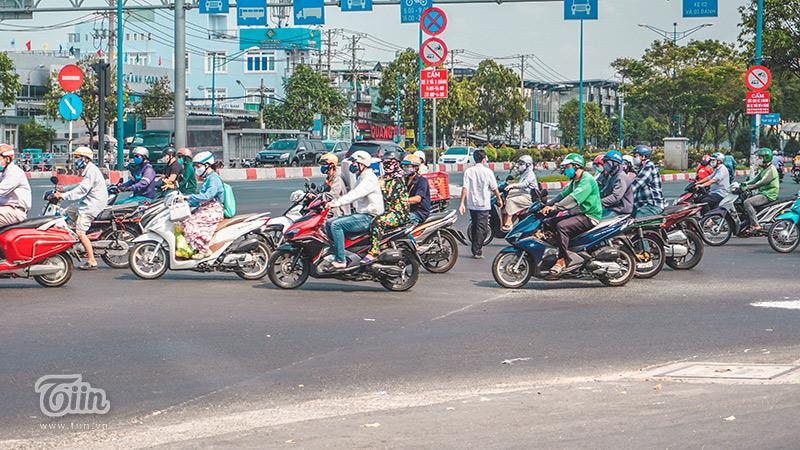 Người dân chấp hành việc đeo khẩu trang khi buộc phải ra đường.
